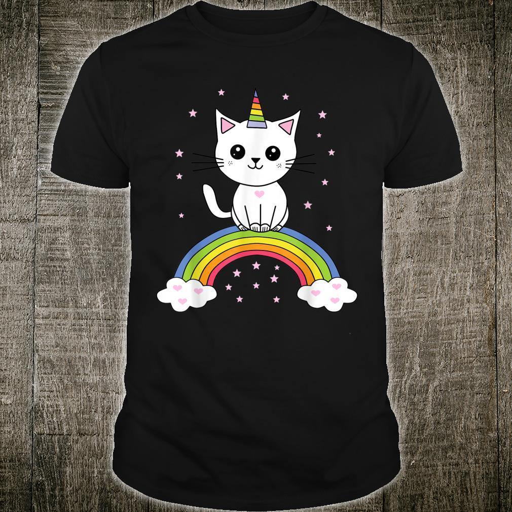 Süße Katze als Einhorn sitzt auf einem Regenborgen Shirt